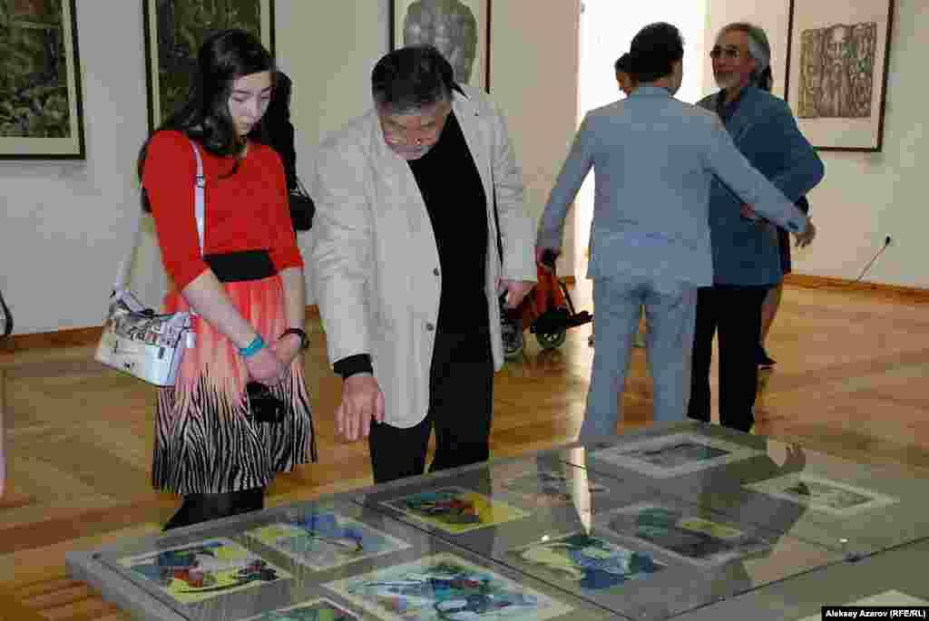 Посетители рассматривают иллюстрации Евгения Сидоркина к книге«Казахский эпос».