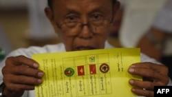 Izborni posmatrač pokazuje listić sa zaokruženim imenom Aung San Su Či