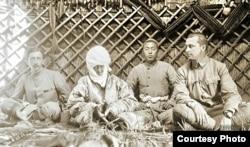 Курманжан Датка П.Пеллио, К.Г.Маннергейм жана небереси менен. 1906.
