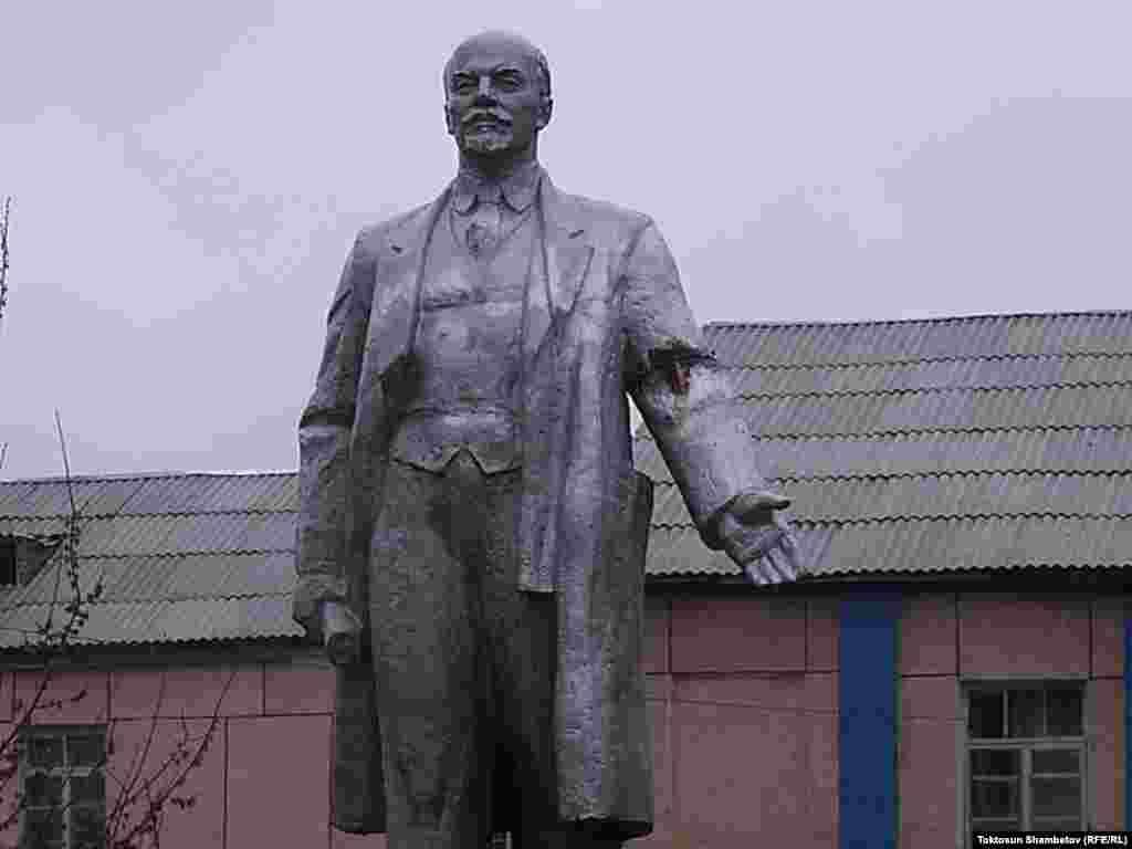 Нарын. В 2008 году его перенесли к зданию педагогического училища