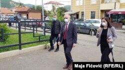 Shefi i misionit të OSBE-së në Kosovë, Jan Braathu duke vizituar vendvotimet në Mitrovicë të Veriut.