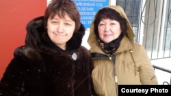 Ольга Климонова и Алима Абдирова после оглашения решения возле здания суда в Актобе. Фотография Алимы Абдировой.