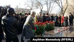 Церемония возложения цветов в день памяти Декабрьских событий 1986 года. Алматы, 17 декабря 2015 года.