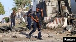 Қауіпсіздік қызметкерлері жарылыс болған орында жүр. Могадишо, Сомали, 2 қаңтар 2014 жыл. (Көрнекі сурет)