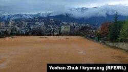 Звідси відкривається чудовий вид на Ялту і Кримські гори