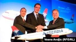 Dane Kondić, Aleksandar Vučić i Džejms Hogan tokom potpisivanja ugovora između tadašnjeg JAT-a i Etihada