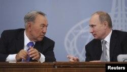 Президенты Нурсултан Назарбаев (слева) и Владимир Путин на форуме межрегионального развития в Екатеринбурге. 11 ноября 2013 года.