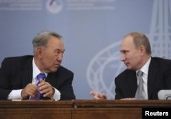 Президент Казахстана Нурсултан Назарбаев и президент России Владимир Путин. Екатеринбург, 11 ноября 2013 года.