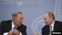 Президент Казахстана Нурсултан Назарбаев (слева) и президент России Владимир Путин в ходе 10-го межрегионального форума в Екатеринбурге, 11 ноября 2013 года.