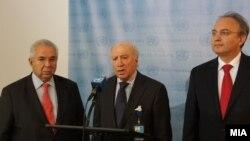 Медијаторот на ОН во спорот за името меѓу Македонија и Грција Метју Нимиц, македонскиот преговарач во спорот Зоран Јолевски и грчкиот преговарач Адамантиос Василакис.