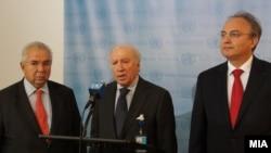 Медијаторот на ОН во спорот за името меѓу Македонија и Грција Метју Нимиц, македонскиот преговарач во спорот Зоран Јолевски и грчкиот преговарач Адамантиос Василакис.2012