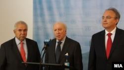Медијаторот на ОН во спорот за името меѓу Македонија и Грција Метју Нимиц, македонскиот преговарач во спорот Зоран Јолевски и грчкиот преговарач Адамантиос Василакис, 20 ноември 2012.