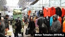 По мнению экспертов, вступление в Таможенный союз негативно отразится на работе некоторых рынков. Рынок «Дордой», 23 января 2013 года.