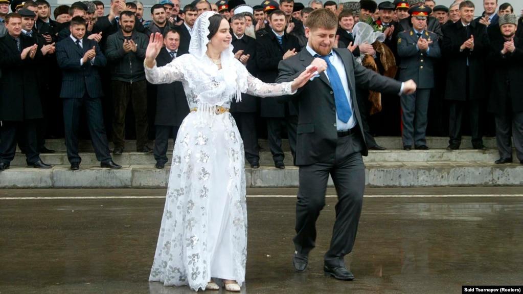 Рамзан Кадыров танцует на аэродроме, архивное фото