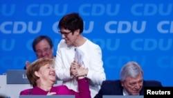 Канцлер Ангела Меркел жана Христиан-демократиялык союздун баш катчылыгына шайланган Аннегрет Крамп-Ка́рренбауэр. Берлин, 26-февраль, 2018-жыл.