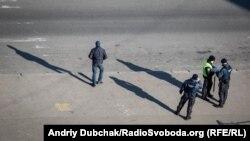 Поліція патрулює вулиці в Оболонському районі міста Києва, 24 березня 2020 року