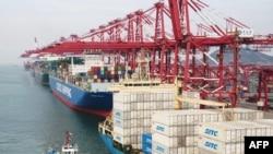 Китай отчита съществен спад в износа си след началото на търговската война със САЩ.