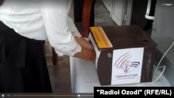 Санитайзер автоматически обрабатывает руки человека антисептическим средством