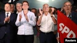 Финансовият министър от ГСДП Олаф Шолц и съпартийците му се радват на победата в Бранденбург