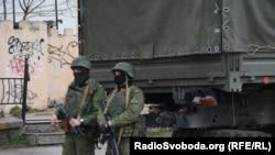 Предположительно, российские военные на улицах города Симферополя.