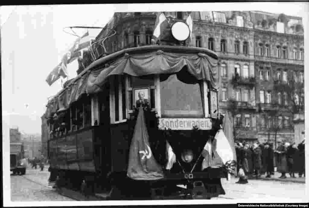 Австрийският флаг се вее заедно с този на Съветския съюз върху трамвай, преминаващ по новоремонтиран мост във Виена през 1946 година.