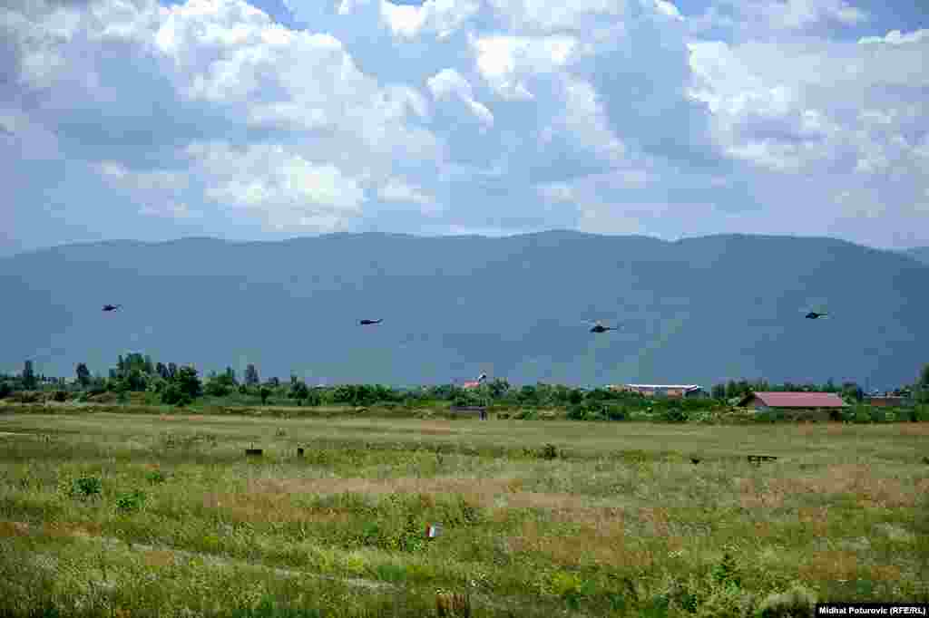 Grupno letenje četiri helikoptera.