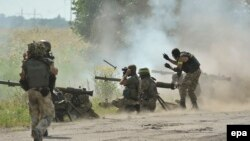 Луганск вилоятида айирмачиларга қарши урушаётган Украина армияси аскарлари, 2014 йил 31 июль.