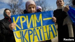 Женщины протестуют против оккупации Крыма Россией. Симферополь, март 2014 года