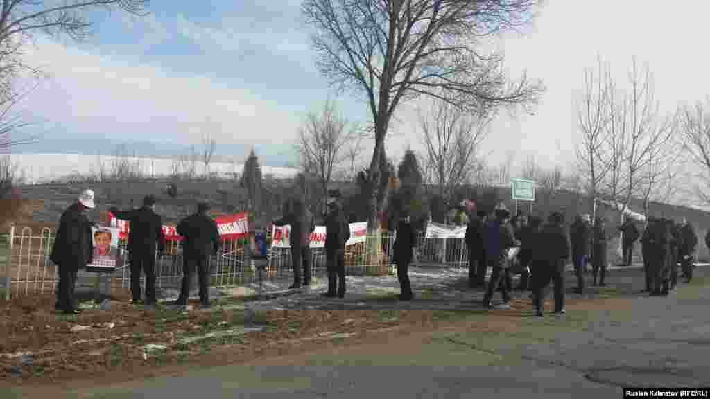 В Аксыйском районе местные власти и сотрудники милиции попросили участников не политизировать памятное мероприятие и убрать плакаты с требованием освободить задержанного оппозиционера Дуйшенкула Чотонова.