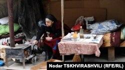 В Александровском парке в Тбилиси на большом пне – кастрюля с лобио и буханка хлеба, два молодых человека и пожилая женщина расположились на скамье. Неподалеку стоит большая палатка, которая и стала родным домом для этих людей