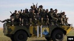 """Бойцы батальона """"Азов"""" рядом с Мариуполем. Донецкая область, 1 октября 2014 года."""