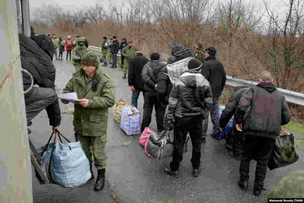 42 засуджених, яких утримували у в'язницях на окупованій частині Луганщини, чекають на передання їх на територію, контрольовану українським урядом, Луганська область, 12 грудня 2018 року БІЛЬШЕ ПРО ЦЕ