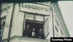 """Léon Algazi la redacția ziarului """"Luptătorul"""" (Foto: prin curtoazia iemj.org)"""
