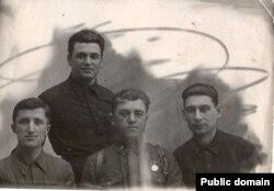 Ифта Джемилев (первый слева) во время войны