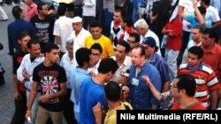 المتحدث باسم جبهة الانقاذ الوطني المصرية حسين عبد الغني يتحدث لصحفيين في ميدان التحرير بالقاهرة