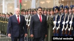 Аляксандар Лукашэнка (зьлева) і Нікаляс Мадура
