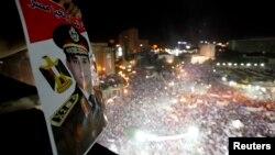 Fotografi arkivi e një prej protestave masive në përkrahje të ushtrisë egjiptiane pasi kjo e fundit e hoqi nga pushteti presidentin islamik, Muhammad Morsi, 26 korrik, 2013.