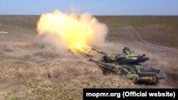 Un tanc transnistrean trage la țintă în cadrul unor aplicații militare care au loc în plină epidemie de coronavirus, pe 26 martie 2020