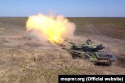 Moldova -- Un tanc transnistrean trage la țintă în cadrul unor aplicații militare ale armatei transnistrene care au loc în plină epidemie de coronavirus, aplicatii, militar transnistrean, armata transnistreana, Tiraspol, tanc transnistrean, 26Mar2020