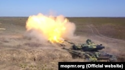 Un tanc transnistrean trage la țintă în cadrul unor aplicații militare ale armatei transnistrene