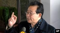 Спецпосланник КНДР по ядерным вопросам Ким Гхе Кван беседует с журналистами по прибытии в Пекин (архивное фото)