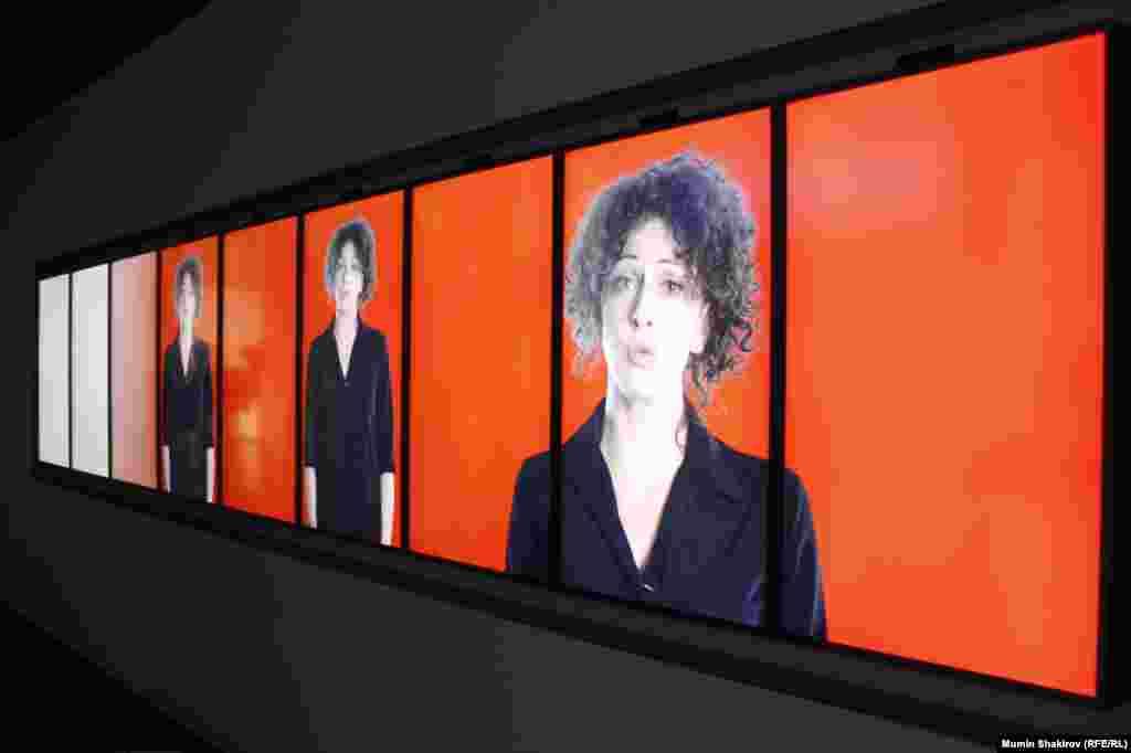 Зал, де відомі медійні обличчя зачитують з екрану статті Конституції Російської Федерації