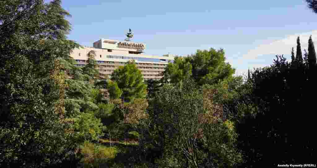 У края парка расположилась гостиница «Ялта-Интурист». Отсюда можно спуститься на длинную улицу Дражинского, названную в честь большевика-подпольщика Юрия Дражинского