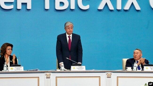 Қасым-Жомарт Тоқаев, Қазақстан президенттігіне кандидат (ортада).