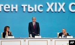 Қазақстанның тұңғыш президенті Нұрсұлтан Назарбаев (оң жақта), елдің қазіргі президенті Қасым-Жомарт Тоқаев және сенат спикері Дариға Назарбаева.