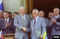 Президент України Леонід Кравчук (праворуч) та президент Росії Борис Єльцин (ліворуч) після церемонії підписання угоди по Чорноморському флоту. Ялта, 3 серпня 1992 року