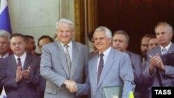 Boris Leljcin i Leonid Kravčuk na potpisivanju sporazuma o Crnomorskoj floti, Jalta, 1992.