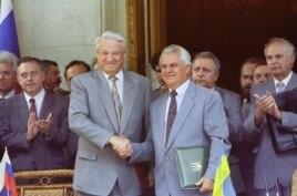 Ялта. Борис Ельцин (слева) и Леонид Кравчук после церемонии подписания соглашения по черноморскому флоту