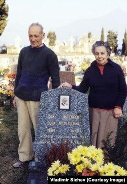 Господин Даниели и его жена у могилы Ольги Романовой