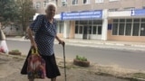 Пенсионерка возле поликлиники, Тирасполь
